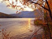 Jesienny widok nad wodą
