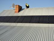 Zdjęcie ogniw fotowoltaicznych na dachu