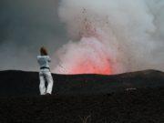 Aktywne wulkany przyciągają turystów, którzy mają odwagę z bliska przyjrzeć się tej atrakcji.
